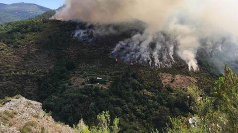 El incendio empezó en las proximidades de Ferreirós de Abaixo y avanzó hacia el norte siguiendo el curso del río Lor