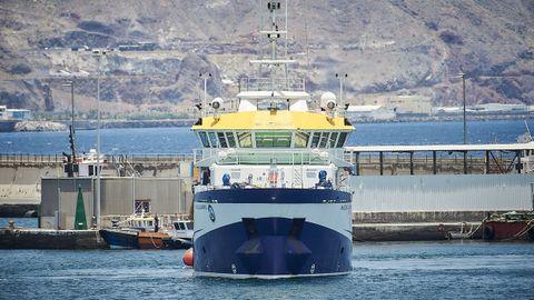 Momento en el que el buque oceanográfico Ángeles Alvariño zarpaba, este lunes, del puerto de Santa Cruz de Tenerife