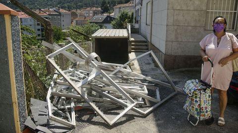 Una vecina del barrio de la Cruz Alta, ante los restos de una galería de las viviendas próximas