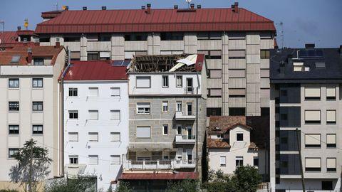 En As Lagoas, la tormenta destrozó el tejado de una casa cercana al campus