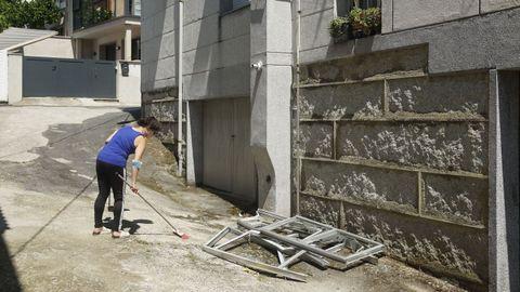 Eva, vecina de la Cruz Alta, limpiando cristales que cayeron en las cercanías de su casa
