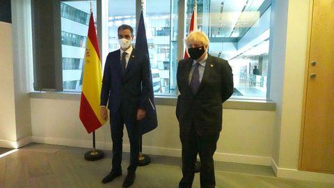 El presidente del Gobierno, Pedro Sánchez, se reunió este lunes con el primer ministro de Reino Unido, Boris Johnson, en el marco de la cumbre de la OTAN