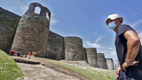 El arqueólogo Roberto Bartolomá al pie de A Mosqueira