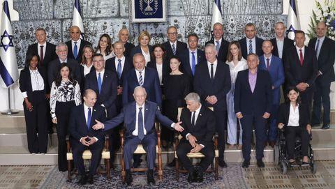 El presidente de Israel (en el centro) posa con el nuevo Gobierno.