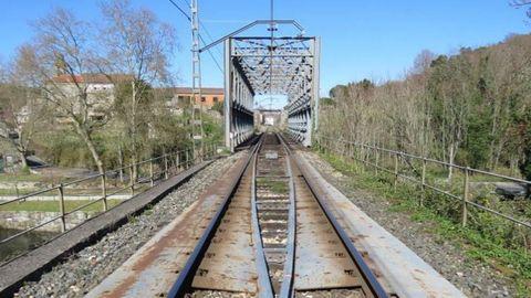 El puente metálico sobre el río Avia, en Ribadavia, será el primero en ser reformado