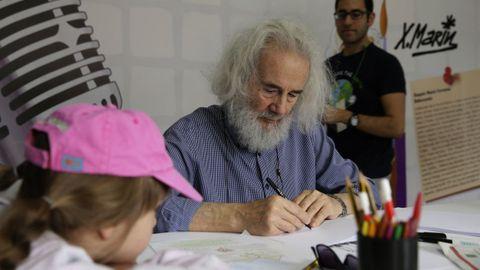O debuxante fenés Xaquín Marín, nun taller con nenos.