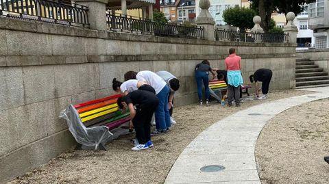 Pintado de bancos en el Día del Orgullo LGTBI en Vilalba el año pasado