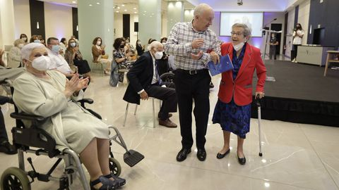 El presentador José Ramón Gayoso condujo el lanzamiento de los libros acompañados de los adultos mayores y sus narradores.