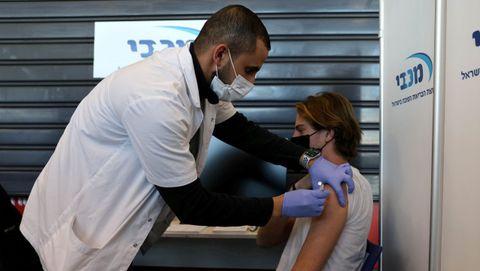 Un adolescente recibiendo la vacuna en Israel
