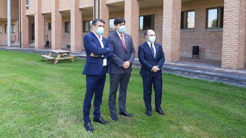 De izquierda a derecha, el director de la Escuela Politécnica de Ingenería de Gijón, Juan Carlos Campo, el consejero de Ciencia, Innovación e Investigación, Borja Sánchez, y el rector de la Universidad de Oviedo, Ignacio Villlaverde, en el campus de Gijón