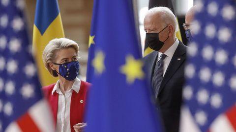 Biden, acompañado por Von der Leyen y Michel a su llegada a la cumbre con la UE.