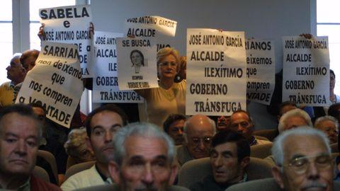 Cientos de vecinos irrumpieron el pleno de constitución del Concello en protesta