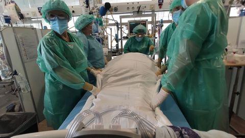 Personal de enfermería, realizando una maniobra para cambiar de posición a un paciente, en A Coruña