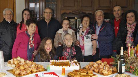Olimpia Iglesias, en el centro, en la celebración de su centésimo cumpleaños