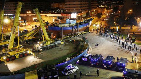 La instalación del barco se hizo por la noche y bajo un enorme despliegue policial, en febrero del 2015