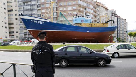 Vigilancia policial poco después de su instalación en el 2015. El barco se aprecia en perfecto estado