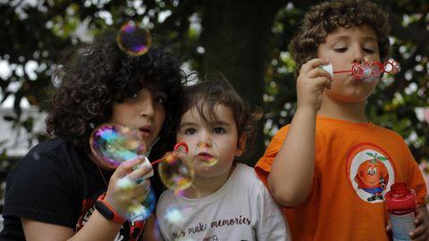 Julia con sus hermanos Paz y Fiz, a los que vio llegar al mundo