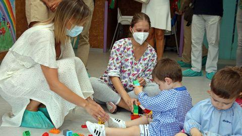 Fabiola García visitó la escuela infantil Golfiños de Noia