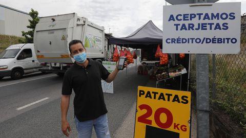 Rogelio Rodríguez, vendedor ambulante, en el polígono de San Cibrao