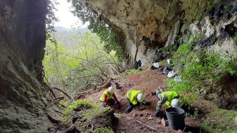 Los investigadores, durante la excavación de la cueva de Berció (Grado, Asturias) donde aparecieron 209 monedas romanas el pasado mes de abril