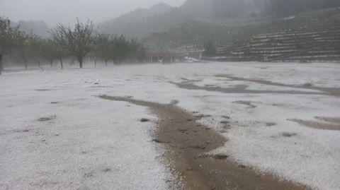 En la parroquia chantadina de San Fiz se puso a llover con intensidad después de la granizada