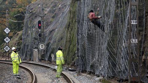 Operarios del ADIF trabajando en el mantenimiento de la línea ferroviaria del Miño