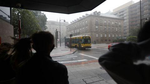 La gente se resguardó en el centro de Ourense mientras caía la tormenta de este miércoles