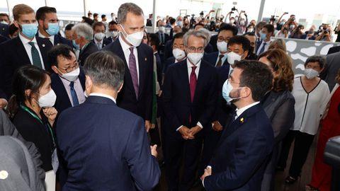 Tras negarse a recibir al rey, Aragonès y Colau saludaron a Felipe VI durante un encuentro con empresarios en el interior del recinto