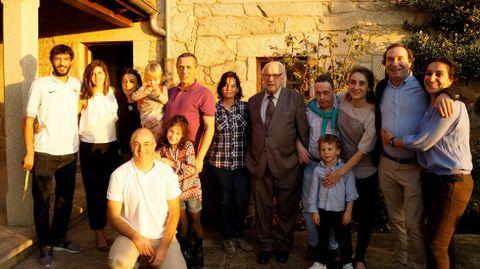 Aquilino Gómez, en el centro, con su familia en la celebración de su noventa cumpleaños