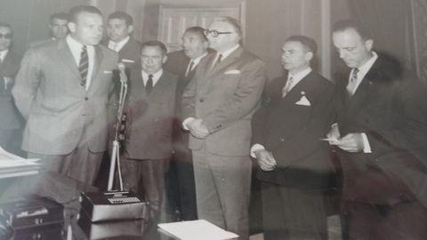 Aquilino Gómez (primero por la izquierda), con Fraga (a la derecha de la imagen), en una entrega de carnés de radiotelevisión en Lugo