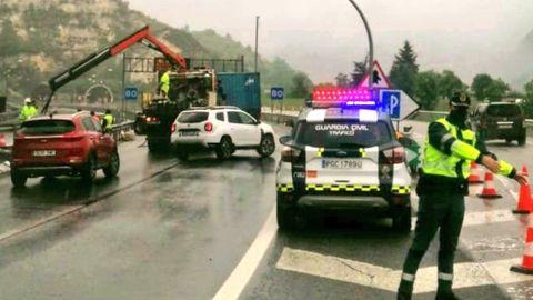 La Guardia Civil regula el tráfico en el Huerna
