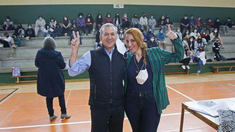 Manuel Varela y Emma Placer, miembros de la Asociación Galega de Sexoloxía, en el pabellón del IES A Xunqueira I, donde hablaron de sexo con los alumnos