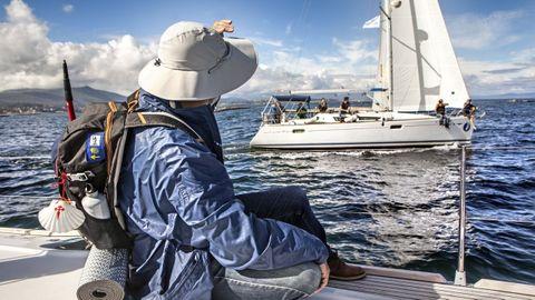 Un peregrino realiza la Ruta del Mar de Arousa y el Río Ulla en barco.