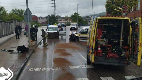 Choque frontal de dos furgonetas en Langreo