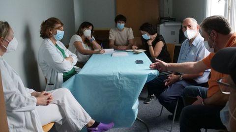 Ana Pontón, con representantes del personal del Hospital Comarcal de Valdeorras