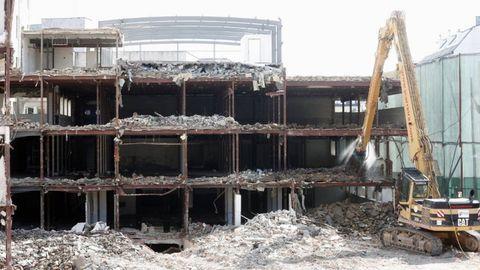 Una de las grúas de J. Carreira durante la demolición de un edificio