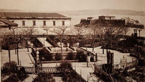 El jardín de San Carlos, en 1883, antes de la plantación de los actuales olmos, con el sepulcro de John Moore rodeado de robinias