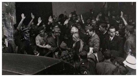 Millán Astray, Unamuno y el obispo Enrique Pla y Deniel acompañan al coche a Carmen Polo a la salida -un tanto tumultuosa- del acto en el paraninfo de la Universidad de Salamanca.
