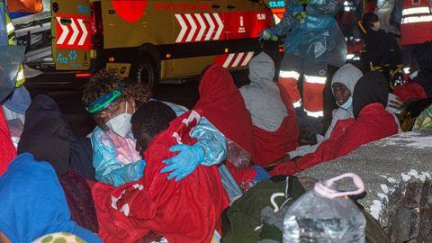 Llegada de los ocupantes de una embarcación que naufragó cerca de Lanzarote