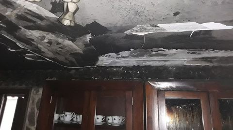 Así quedó el techo de una de las habitaciones afectadas por el fuego en el suceso de Vilarreme