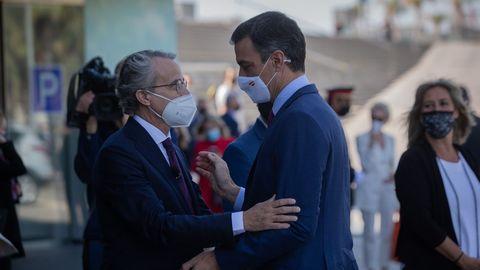Pedro Sánchez y el presidente del Cerde d'Economía, Javier Faus, se saludan este viernes en Barcelona