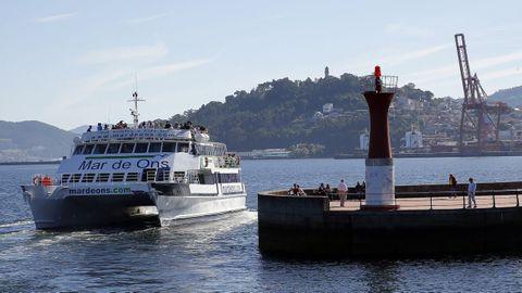Un barco cubre la ruta entre Vigo y las Illas Cíes.