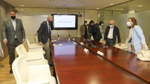 El decano de loz jueces de Santiago, Andrés Lago Louro, a la izquierda, y la directora del Imelga, Belén Pérez, a la derecha, asistieron a la presentación del concurso de ideas para la nueva sede del Instituto de Medicina Legal de Galicia