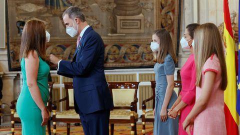 El rey Felipe VI impone la condecoración de la Orden del Mérito Civil a Elena García Solís, cajera de un supermercado en Badalona