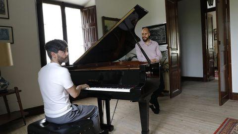 Juan Rezzuto y Víctor Gómez, en su casa indiana de Mondoñedo, junto al piano que llegó de Londres