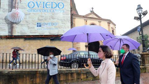 La ministra de Industria, Comercio y Turismo, Reyes Maroto, y el presidente del Principado de Asturias, Adrián Barbón (d), al inicio de la presentación este viernes en Oviedo del Plan Turístico Nacional Xacobeo