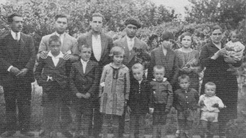 Imagen familiar de los Mejuto Leis, de Cee. Los dos hermanos fallecidos, a la derecha del progenitor.