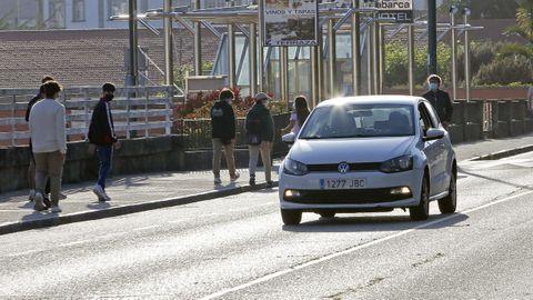 Un coche, el pasado mayo, circulando por Reina Victoria después de haberse saltado los bolardos