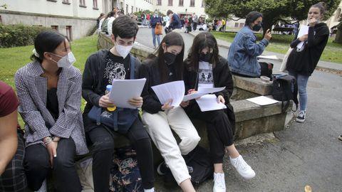 Estudiantes repasando los apuntes antes de entrar a los exámenes de selectividad en la Politécnica Superior el pasado 8 de junio