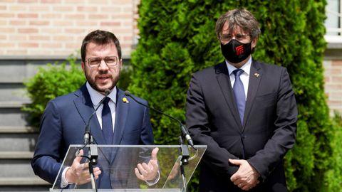 Aragonès y Puigdemont en la rueda de prensa que ofrecieron en Waterloo, Bélgica